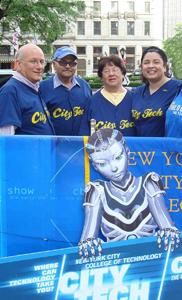 Acevedo con sus padres y Dr. Stephen Soiffer (izquierda extrema), asistente especial al presidente de City Tech.