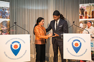 Quentin Walcott, Co-Executive Director of CONNECT, accepted the first-ever local award of the UN Trust Fund to End Violence against Women from UN Women Deputy Executive Director Lakshmi Puri. Photo: UN Women/Sebastian Montalvo